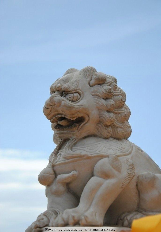石狮子雕塑 石狮子 狮子 底座 狮子雕塑 小狮子 蓝天 白云 雕塑 建筑