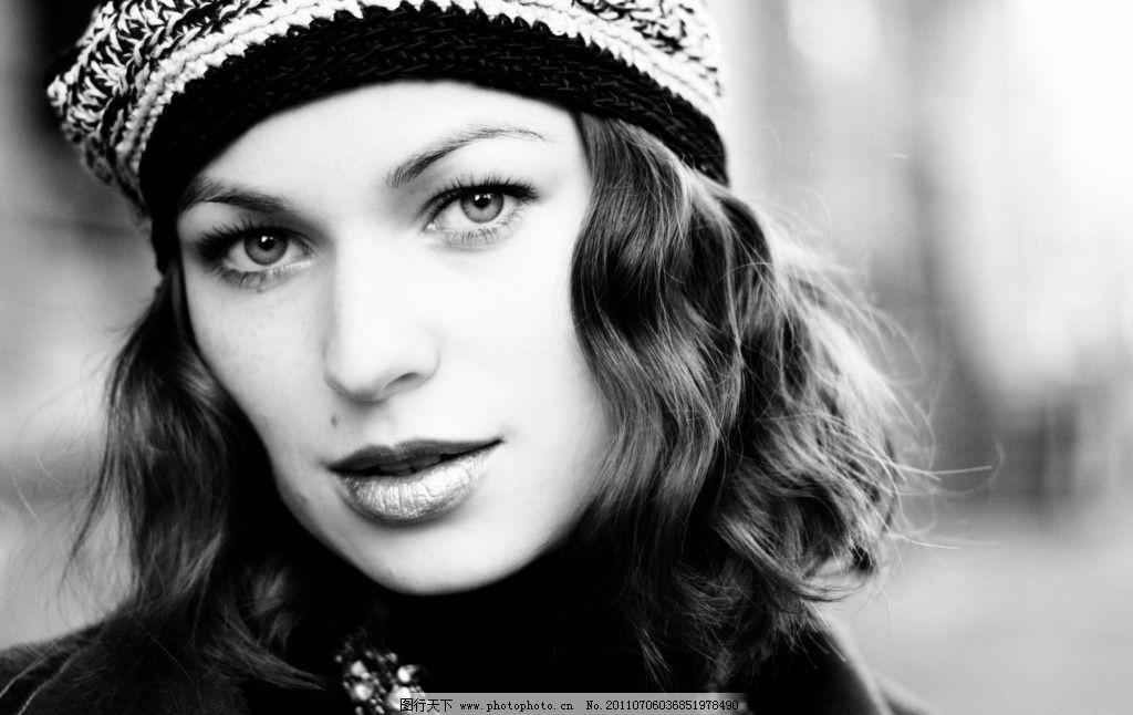 时尚模特黑白照 时尚美女 美女黑白照 休闲服饰 帽子 发型 手势图片