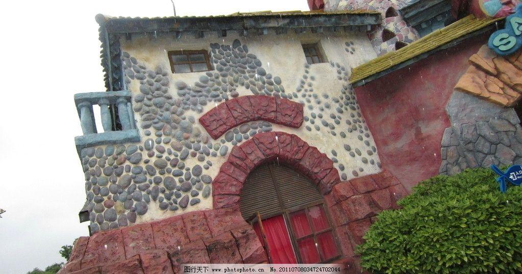 特别的房子 木头窗 红墙