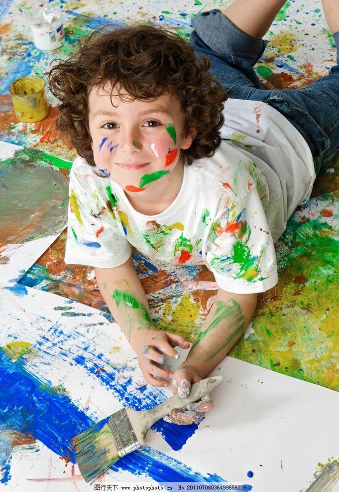 玩耍孩子 油漆 开发智力 淘气 绘画 创作 儿童幼儿 人物图库