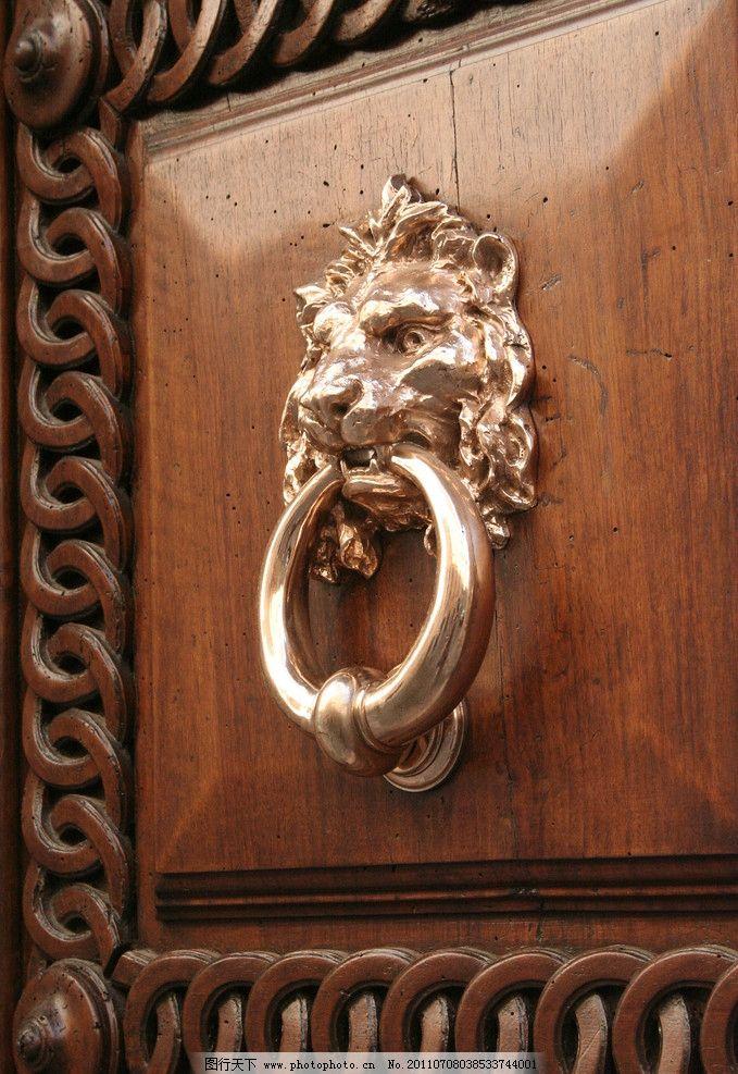 铜狮 金狮 狮扣 狮头特写 欧洲传统文化 古典雕塑 欧式风格 原木大门