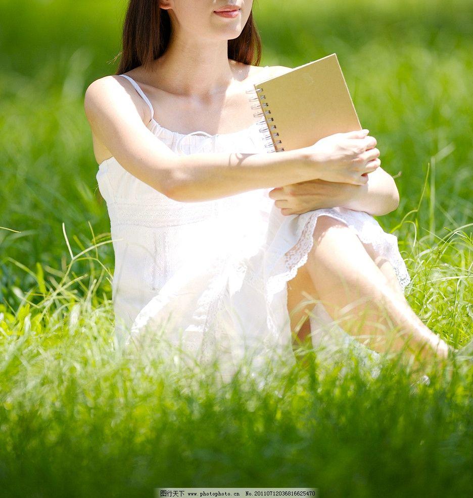 草坪看书的美女图片