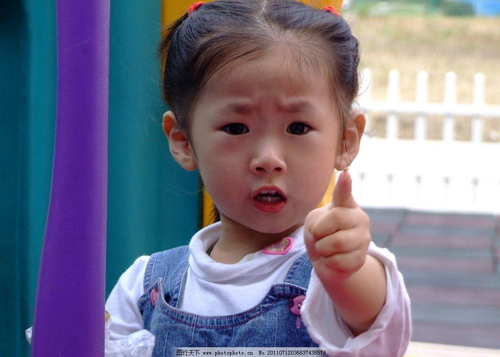 可爱儿童手指向摄影图片