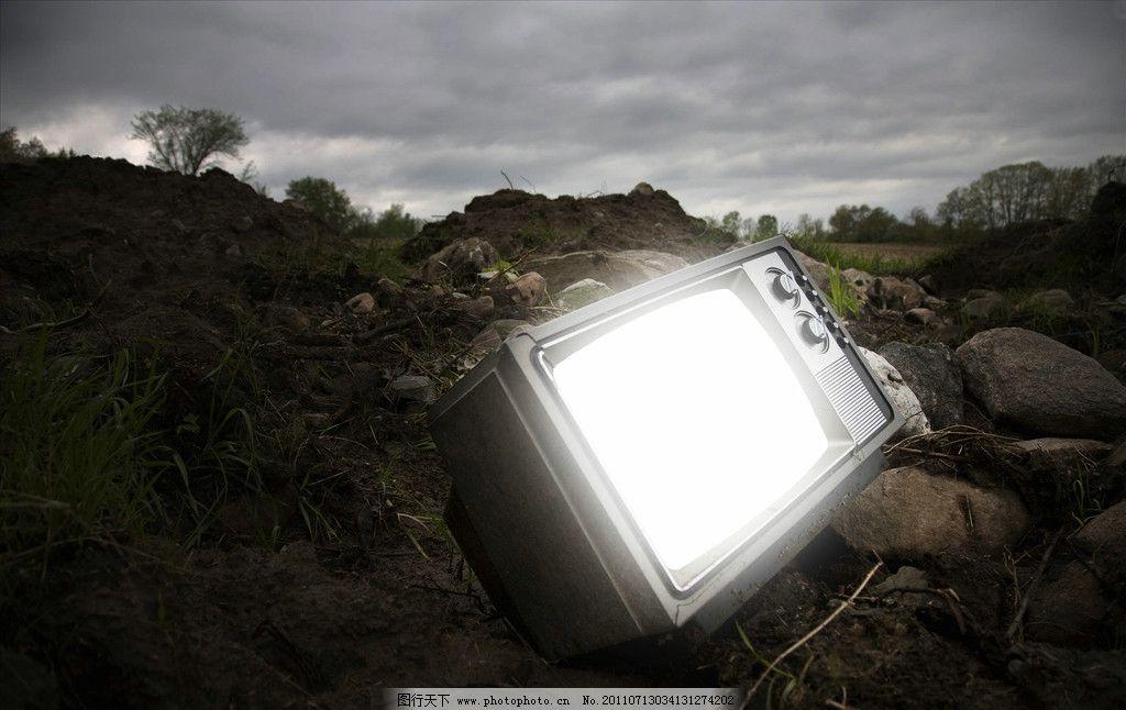 废弃堆里的电视机图片_自然风景_旅游摄影_图行天下