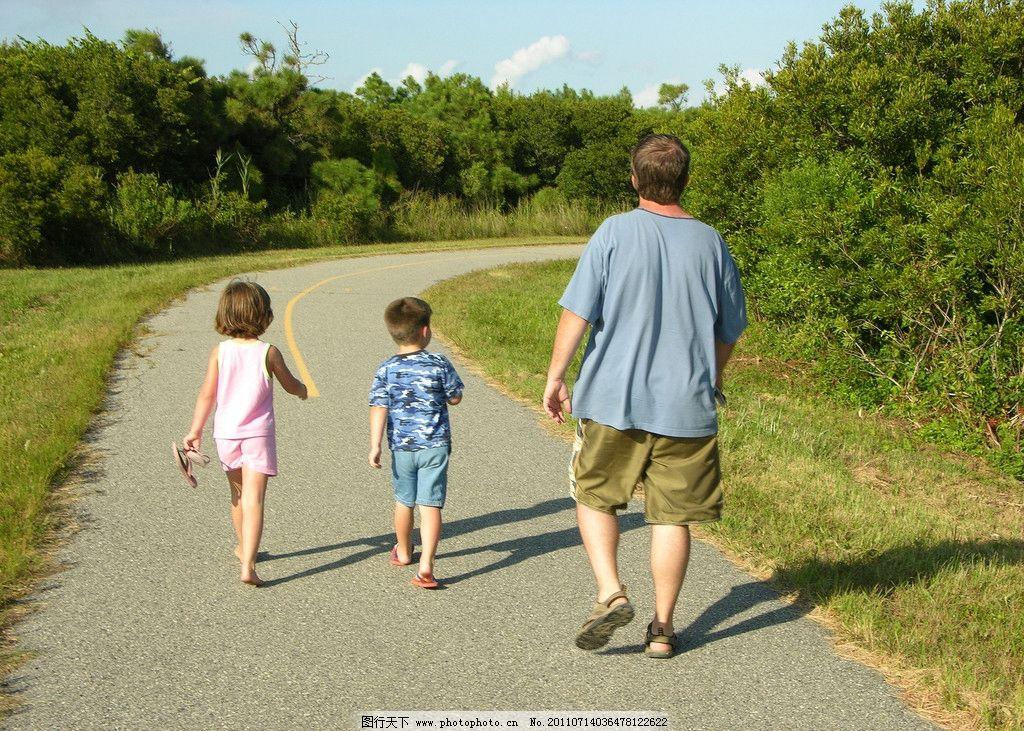 背影 父亲 小孩 马路 树木 草 天空 儿童幼儿 人物图库 摄影 300dpi