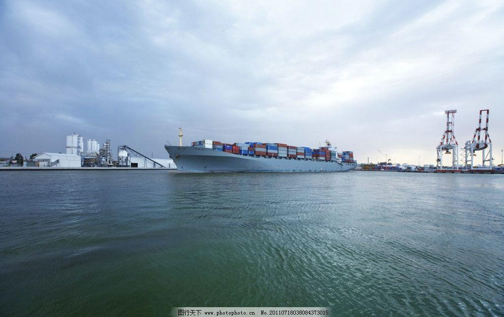 大海中航行的大型客轮