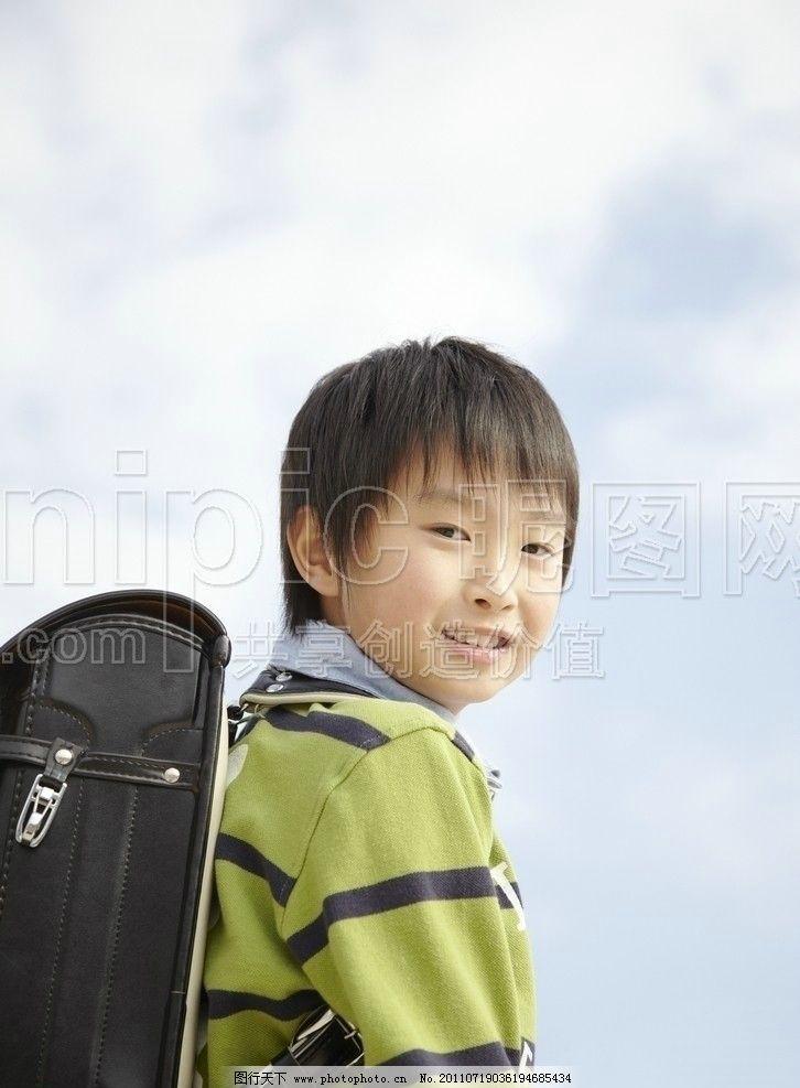 小学生 小孩子 小孩 孩子 学生 背书包 生活照 日常生活 人物图库