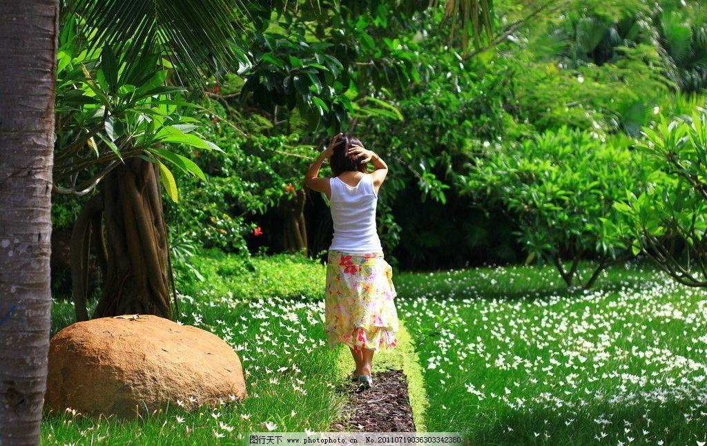 花园里的背影图片