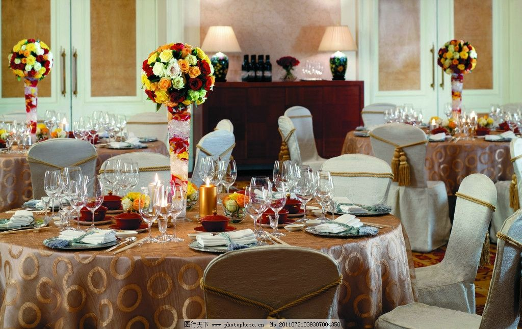 鲜花 花卉 摆设 装饰品 工艺品 蜡烛 餐桌 桌面 餐厅 西餐厅 欧式餐厅