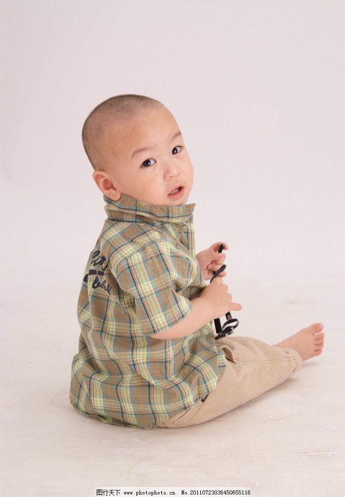 可爱的宝宝 转身 坐 宝宝 格子 可爱的小宝宝 儿童幼儿 人物图库 摄影