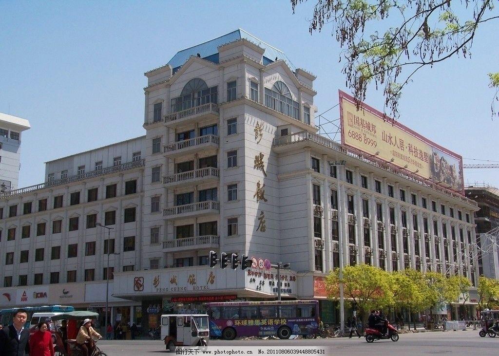 商铺 广告牌 信号灯 天空 行道树 春天 欧式建筑 窗子 空调 酒店 饭店