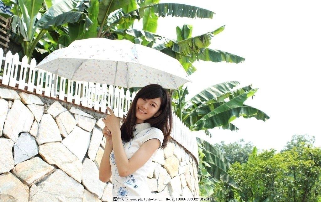 芭蕉树下打伞的女孩图片