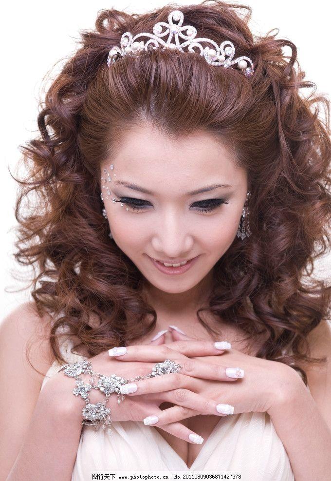 美女发型 美女 水钻 睫毛 卷发 皇冠 戒指 女性女人 人物图库 摄影图片