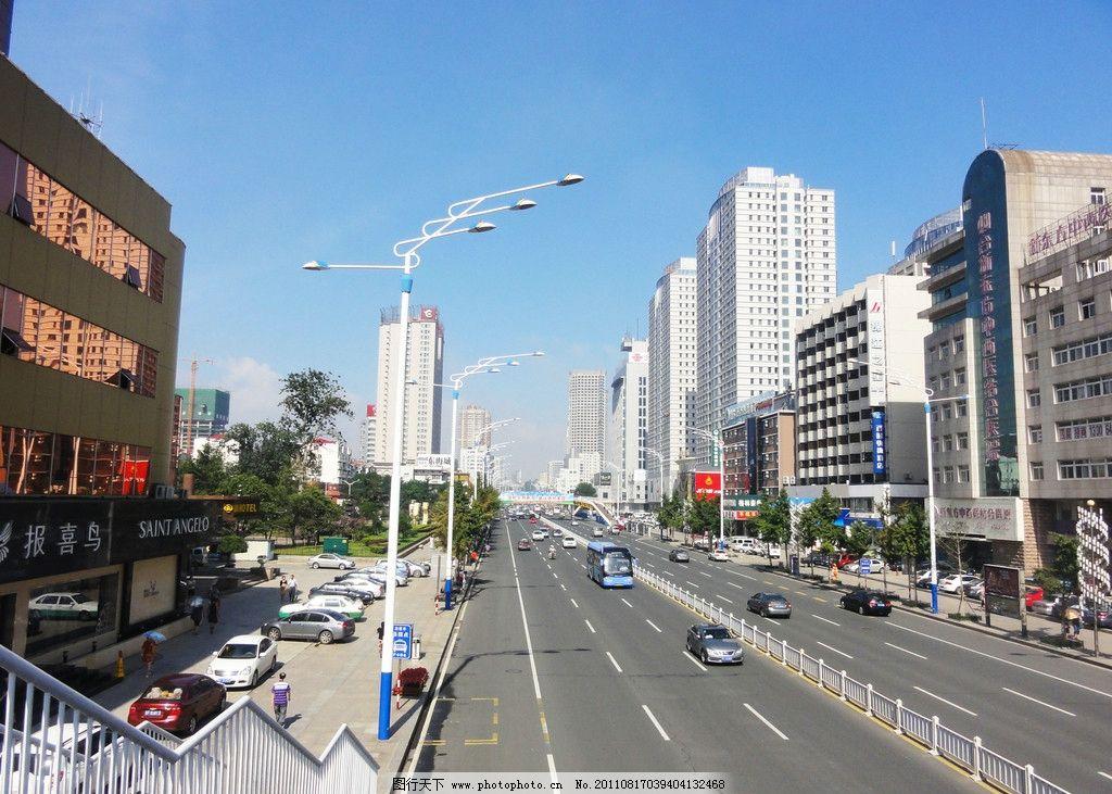 烟台南大街建筑 烟台南大街街景 马路 汽车 行人 路灯 蓝天 建筑摄影