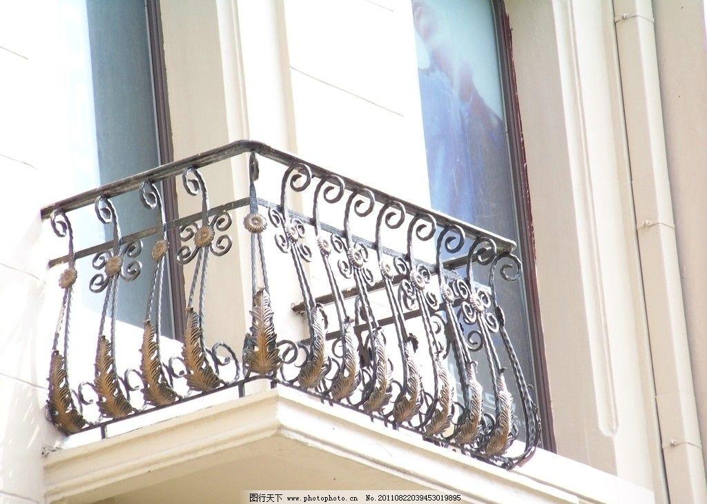 窗子 玻璃窗      空调架 叶状饰 螺旋头 阳台 窗台 卷曲栏杆 欧式图片