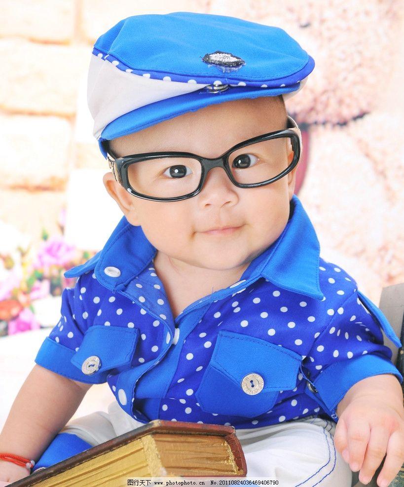 可爱宝宝 洋洋 蓝帽 书本 眼镜 写真 儿童 儿童幼儿 人物图库 摄影
