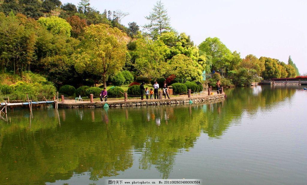 湖水 树丛 树林 山林 倒影 森林公园 生态旅游 自然美景 自然风景
