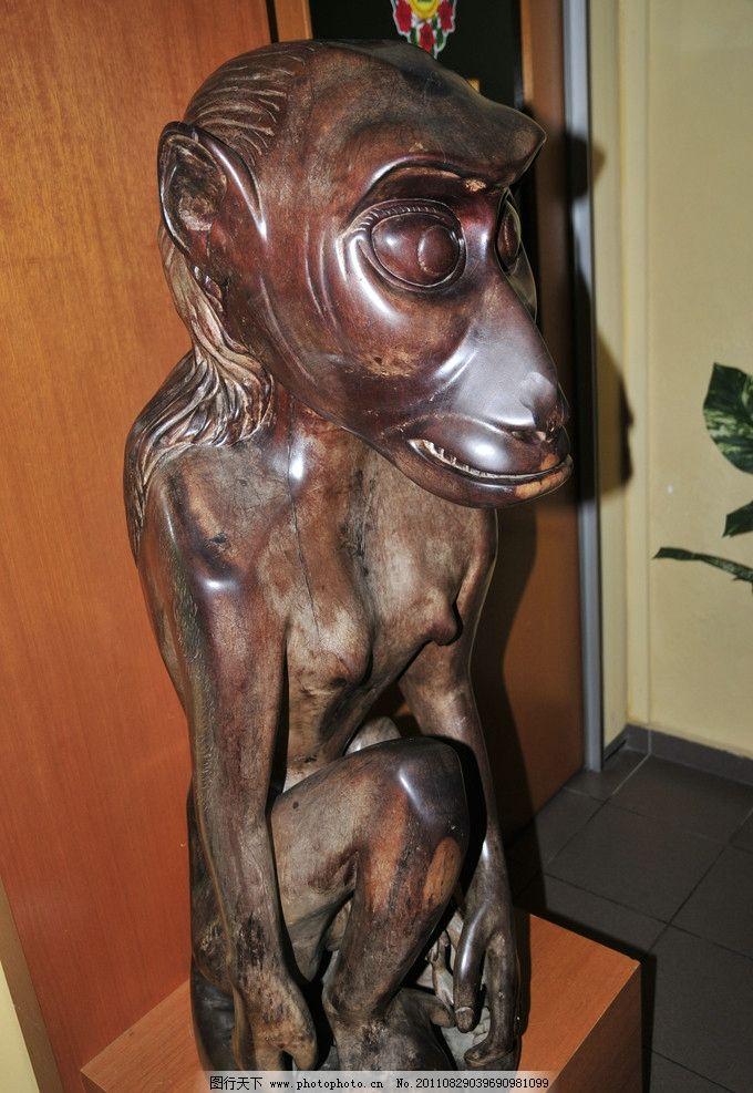 猴子木头雕像图片