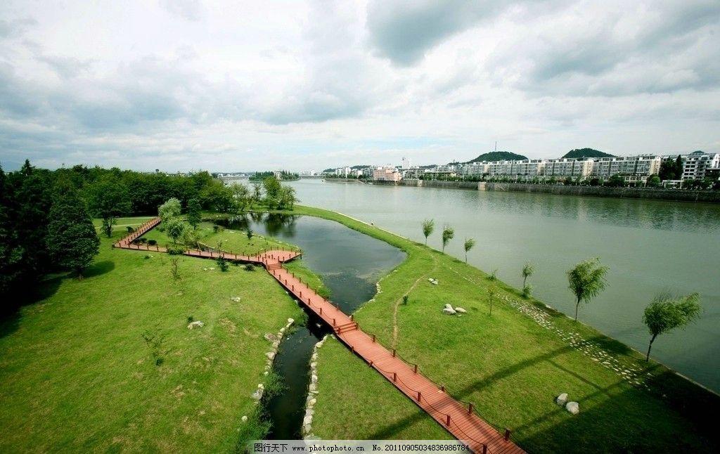 园林 大河 河流 倒影 草地 绿地 草坪 绿树 树丛 树林 木桥 长桥 城市