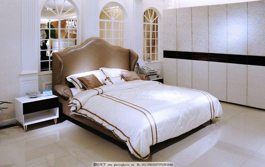 双人床 家具 床罩 枕头 居室 卧室 衣柜 窗户 玻璃窗 欧式窗