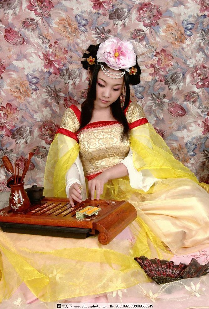 唐朝古装美女研墨图片