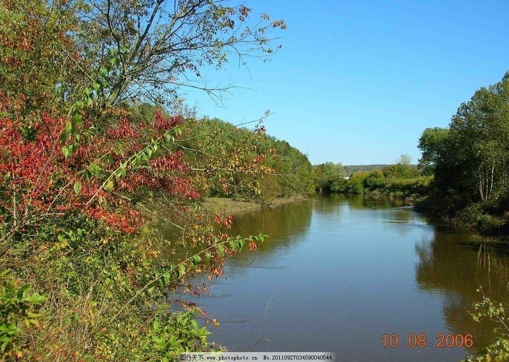 河流 湖泊 树林 枫树 天空 倒影 秋天 田园风光 自然景观 摄影 300dpi