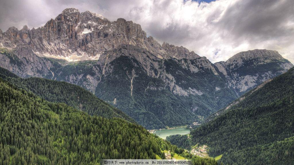 山中湖 远山 湖泊 树林 森林 天空 云层 村庄 自然风景 图库 国外风景